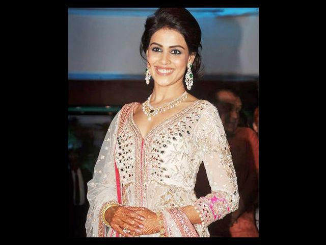 The Sangeet was a Bollywood studded affair with Karan Johar as the master of ceremony. Genelia wore a pretty white lehenga designed by Manish Malhotra. Another pre-wedding ceremony saw her in a casual sari dancing to the beats of dhol.