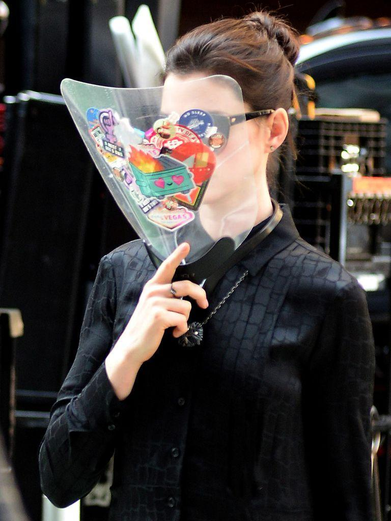 Anne Hathaway and a colorful mask according to Covid protocols, on the set of the Apple TV + production, WeCrashed