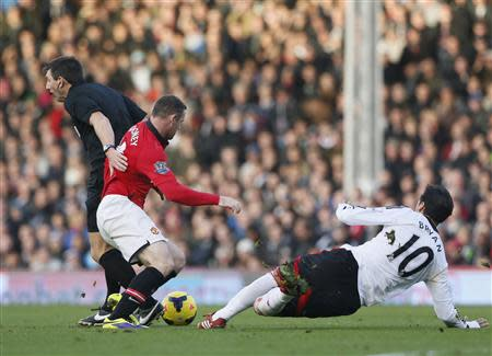 Manchester United's Wayne Rooney (C) collides with referee Lee Probert (L) as he is challenged by Fulham's Bryan Ruiz during their English Premier League soccer match at Craven Cottage in London November 2, 2013. REUTERS/Stefan Wermuth