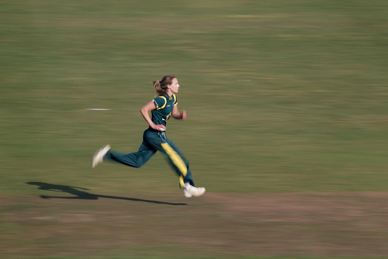 HOVE, ENGLAND - AUGUST 25: Ellyse Perry of Australia bowls during the third NatWest One Day International match between England and Australia at the BrightonandHoveJobs.com County Ground on August 25, 2013 in Hove, England.  (Photo by Harry Engels/Getty Images)