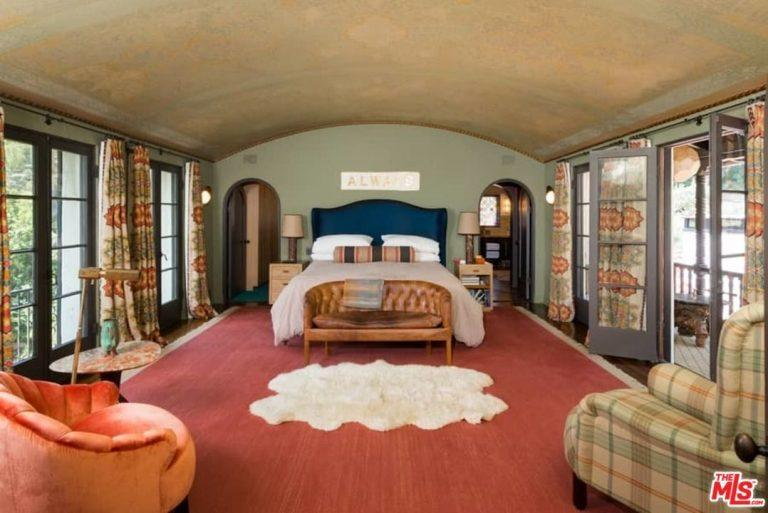 This bedroom has a real California vibe. (Photo: The MLS via Trulia)