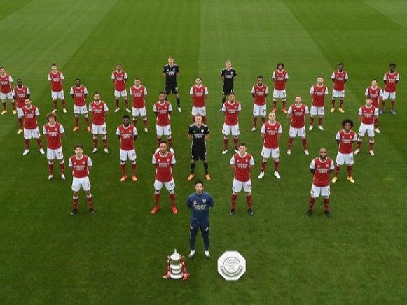 Arsenal line up for their squad photo (Arsenal/Instagram)