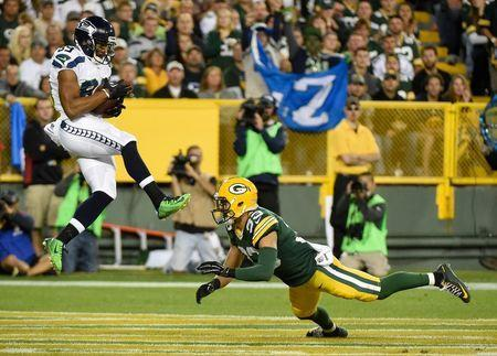 Seattle Seahawks wide receiver Doug Baldwin (89) catches a pass in the endzone for a touchdown against Green Bay Packers safety Micah Hyde (33) in the third quarter at Lambeau Field. Sep 20, 2015; Green Bay, WI, USA. Benny Sieu-USA TODAY Sports