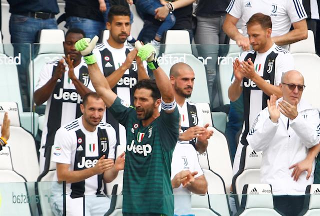 Soccer Football - Serie A - Juventus vs Hellas Verona - Allianz Stadium, Turin, Italy - May 19, 2018 Juventus' Gianluigi Buffon is applauded by Giorgio Chiellini and team mates as he gestures to the fans after being substituted off REUTERS/Stefano Rellandini