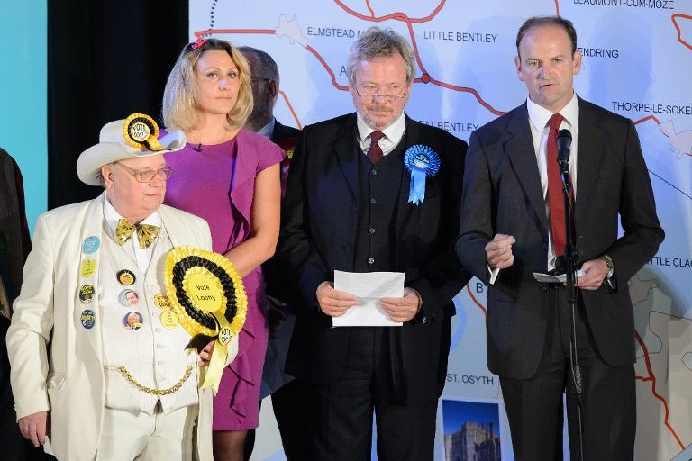 UKIP candidate Douglas Carswell (R) speaks after winning the Clacton-On-Sea by-election October 10, 2014 (AFP Photo/Leon Neal)