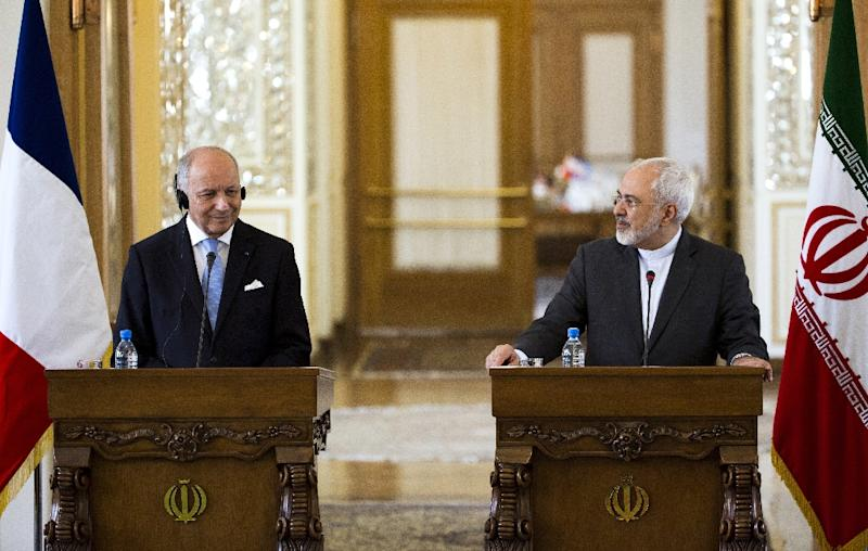 Iranian Foreign Minister Mohammad Javad Zarif (R) and his French counterpart Laurent Fabius give a joint press conference following their talks in Tehran on July 29, 2015 (AFP Photo/Behrouz Mehri)