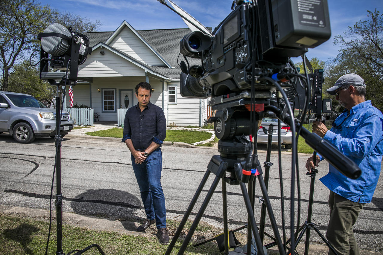 <p>Members of the media gather around the suspected Austin bomber Mark Anthony Conditt, parents house on March 21, 2018 in Pflugerville, Texas. (Photo: Drew Anthony Smith/Getty Images) </p>
