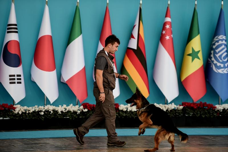 A police officer walks with a sniffer dog at the venue of the G20 Leaders Summit on November 15, 2015 in Antalya (AFP Photo/Ozan Kose)