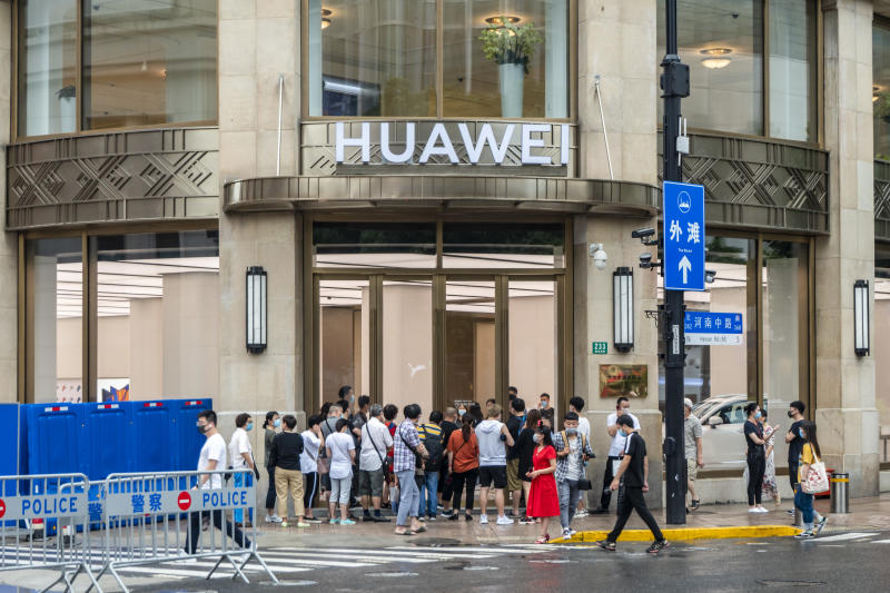 SHANGHAI, CHINA - JUNE 29, 2020 - A large number of customers gathered at the gate of Huawei's largest flagship store in the world, Shanghai, China, June 29, 2020.- PHOTOGRAPH BY Costfoto / Barcroft Studios / Future Publishing (Photo credit should read Costfoto/Barcroft Media via Getty Images)