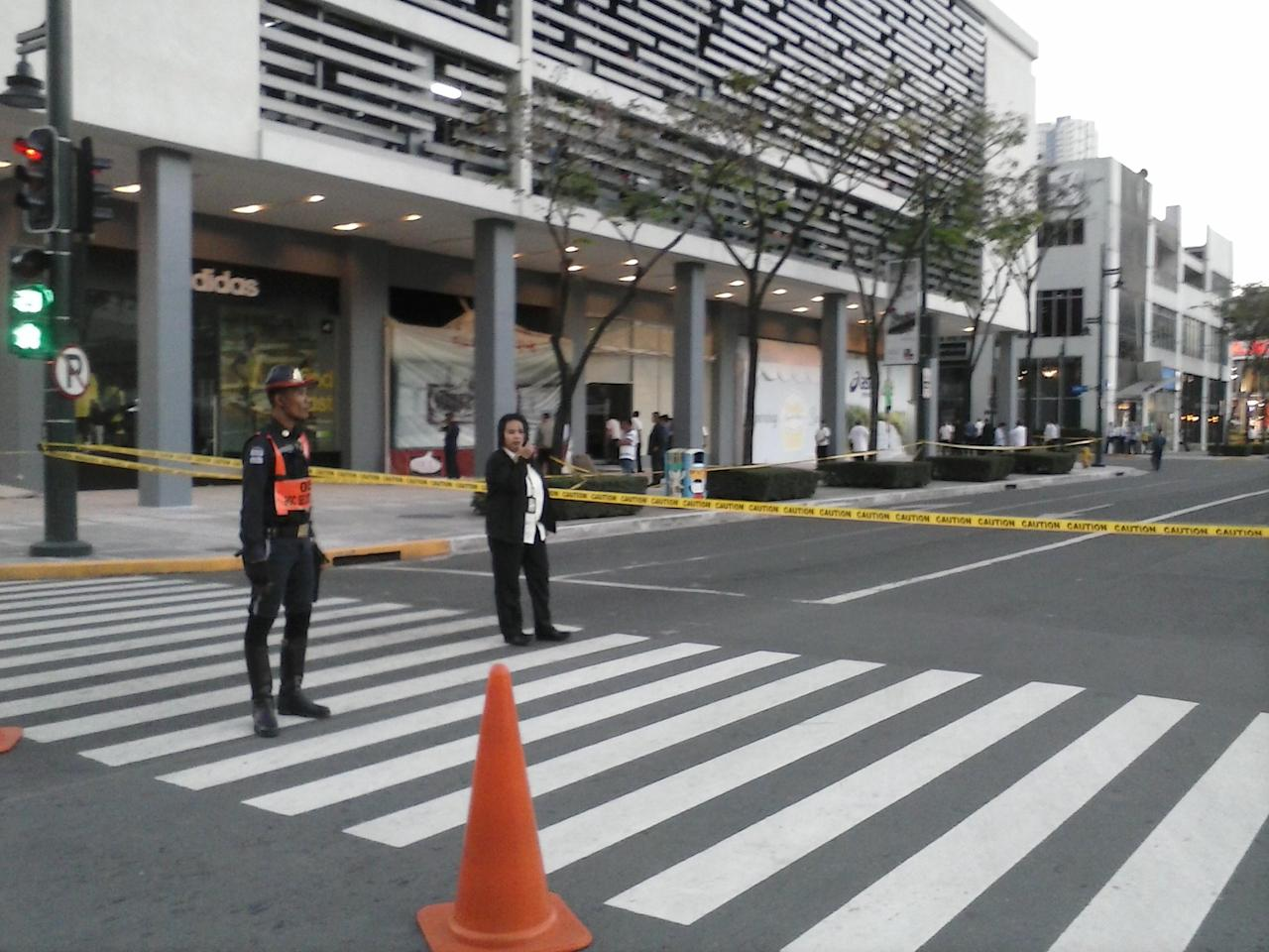 Authorities close the blast site in Bonifacio Global City, Taguig to the public. Photo by Sid Ventura