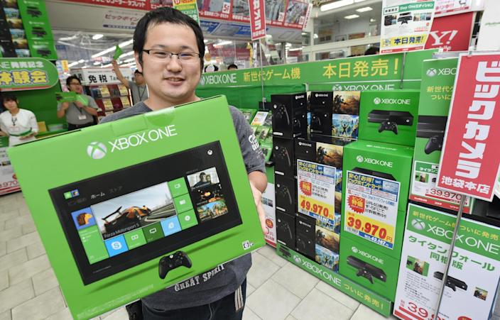 A customer holds a box containing Microsoft video game console Xbox One, at a household appliance shop in Tokyo, on September 4, 2014 (AFP Photo/Toru Yamanaka)