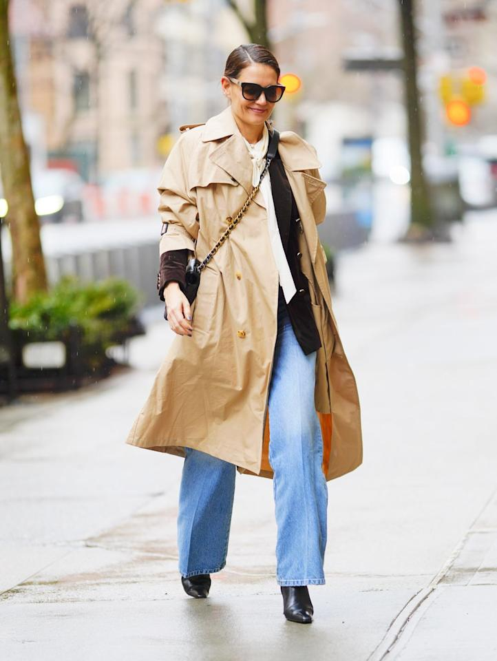 <p><strong>10 February </strong>Katie Holmes stayed chic in a beige trench-coat and wide-leg jeans. <strong></strong></p>