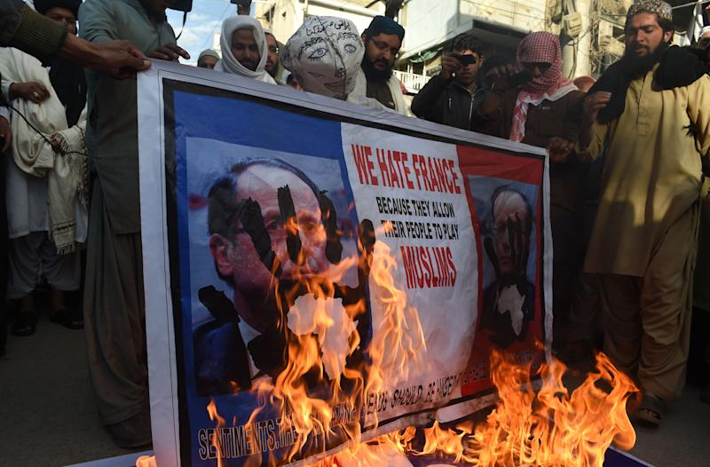 Pakistani protesters burn a poster of French President Francois Hollande during a protest against the Charlie Hebdo in Quetta, on January 18, 2015 (AFP Photo/Banaras Khan)