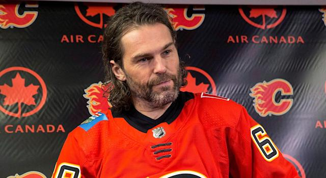 "<a class=""link rapid-noclick-resp"" href=""/nhl/players/35/"" data-ylk=""slk:Jaromir Jagr"">Jaromir Jagr</a> puts on a jersey as he is introduced as the newest member of the <a class=""link rapid-noclick-resp"" href=""/nhl/teams/cgy/"" data-ylk=""slk:Calgary Flames"">Calgary Flames</a>. (Larry MacDougal/CP)"