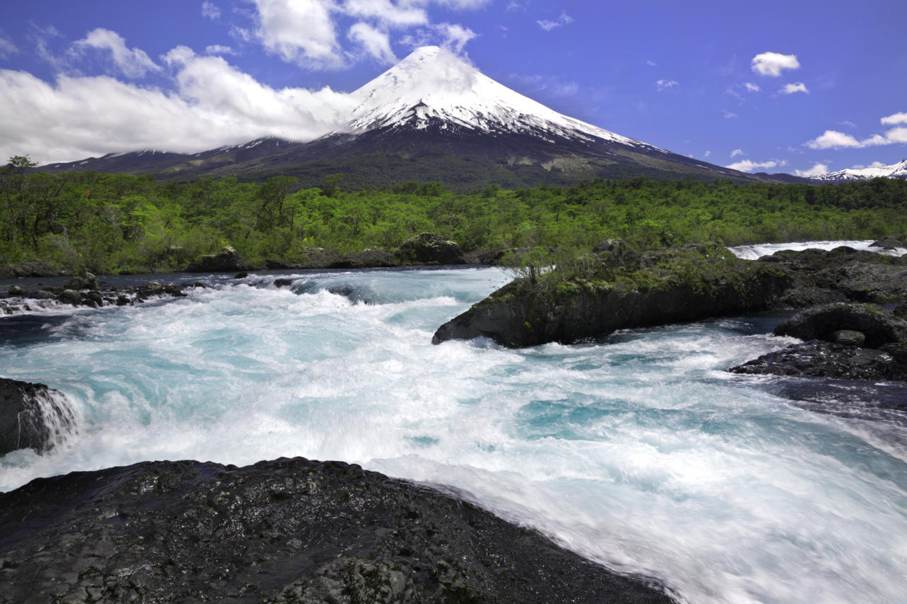"""Not that one - the Chilean Lake Distract is home to snowcapped volcanoes and beautifully-clear lakes. Stay at<strong></strong><a href=""""https://www.i-escape.com/hotel-awa""""><strong>Hotel Awa</strong></a>on the shores of Lake Llanquihue for £271 a night. <em>[Photo: Getty]</em>"""