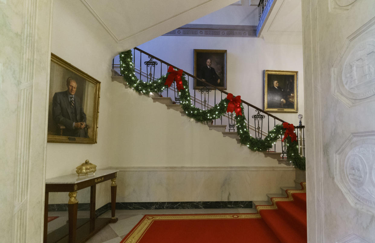 Garland decorates the Grand Staircase during the 2018 Christmas preview at the White House in Washington, Monday, Nov. 26, 2018. (Photo: Carolyn Kaster/AP)