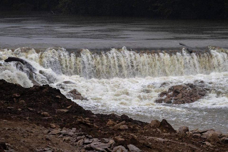Environmental and federal groups have teamed up to remove Green River Lock and Dam No. 5 in Butler County, Ky.