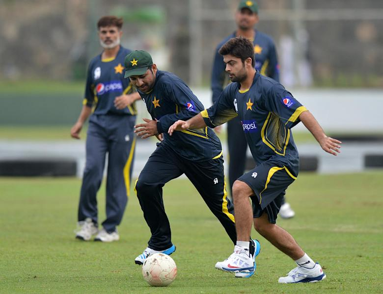 Pakistan cricketer Sarfraz Ahmed (2nd L) and teammate Ahmed Shehzad (R) play football during team training session in Galle on August 3, 2014 (AFP Photo/Ishara S.Kodikara)
