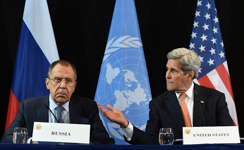 US Secretary of States John Kerry (R) gestures beside of Russian Foreign Minister Sergei Lavrov (L) during a news conference after the International Syria Support Group (ISSG) meeting in Munich on February 12, 2016 (AFP Photo/Christof Stache)
