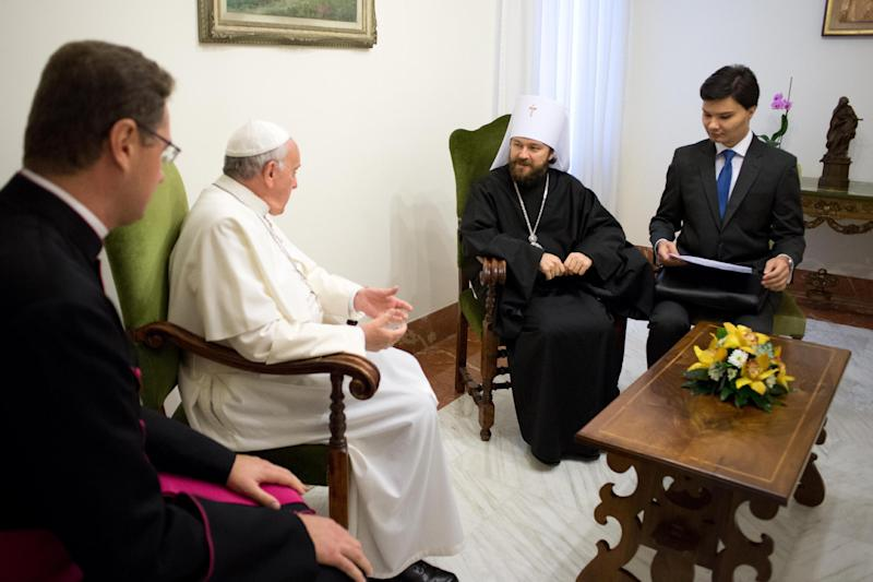 Pope Francis (2nd L) speaks with Metropolitan Hilarion of Volokolamsk (2nd R) during a private audience at the Vatican on November 12, 2013 in this photo released by Osservatore Romano (AFP Photo/)