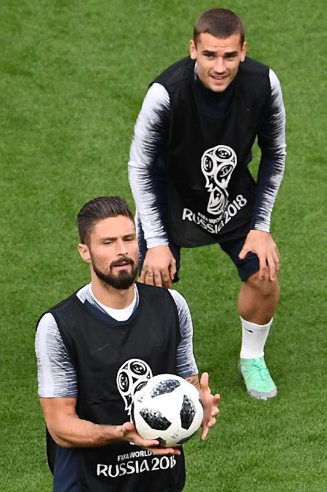 France's forwards Olivier Giroud (L) and Antoine Griezmann take part in a training session in Ekaterinburg on June 20, on the eve of their Russia 2018 World Cup Group C match against Peru (AFP Photo/Anne-Christine POUJOULAT )