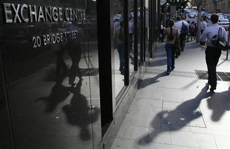 People walk past the Australian Securities Exchange (ASX) building in central Sydney November 13, 2008. REUTERS/Daniel Munoz