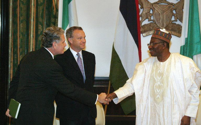 Nigerian President Goodluck Jonathan (R) greets British High Commissioner to Nigeria, Andrew Pocock (L), alongside British Secretary of State for Africa, Mark Simmonds (C), during a meeting at the presidential villa in Abuja on May 14, 2014