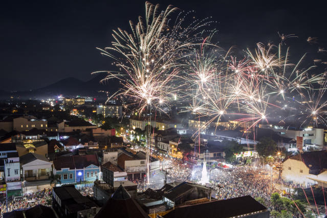 <p>Fireworks illuminate the city's skyline during New Year's Eve celebrations of 2018 on on January 1, 2018 in Yogyakarta, Indonesia. (Photo: Ulet Ifansasti/Getty Images) </p>