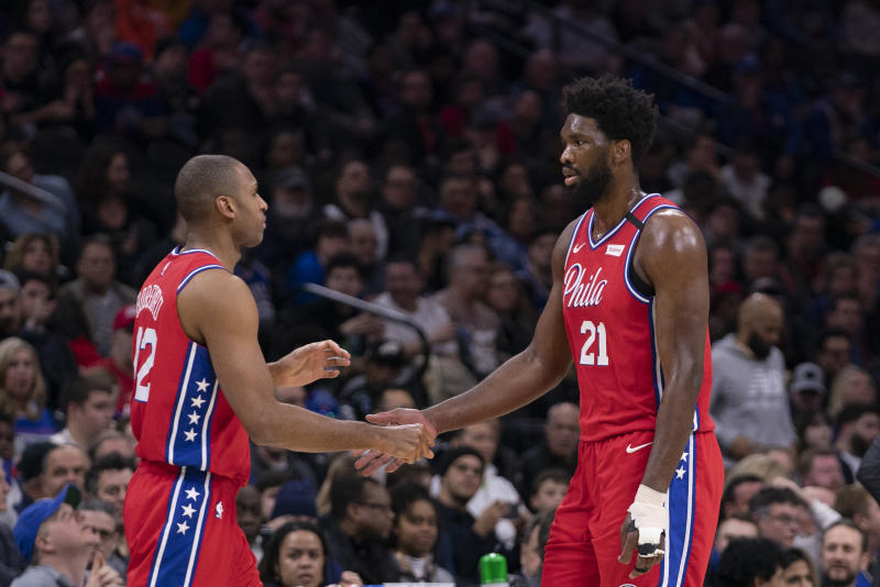 Al Horford(圖左)與Joel Embiid。(Photo by Mitchell Leff/Getty Images)