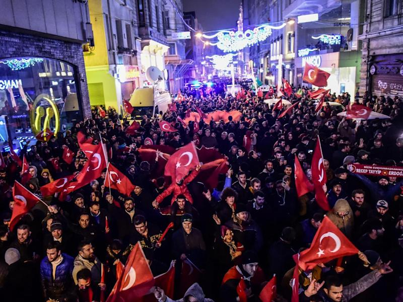 Protestors at a Saturday night demonstration in front of the consulate of the Netherlands in Istanbul (Getty Images)