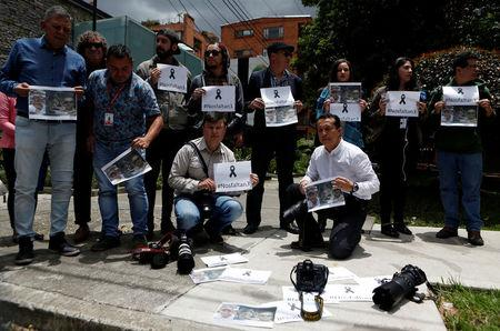 Colombian journalists gather in front of the Ecuadorean embassy to protest against the murder of journalist Javier Ortega, photographer Paul Rivas and their driver Efrain Segarra in Bogota, Colombia April 16, 2018. Picture taken April 16, 2018. REUTERS/Jaime Saldarriaga