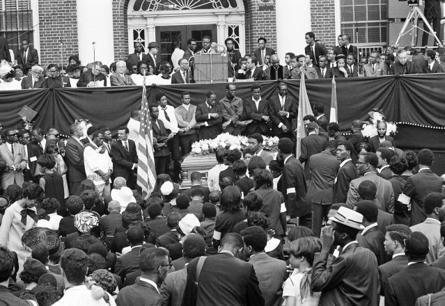 <p>Dr. Ralph Abernathy speaks to mourners at Morehouse College. (Photo: AP) </p>