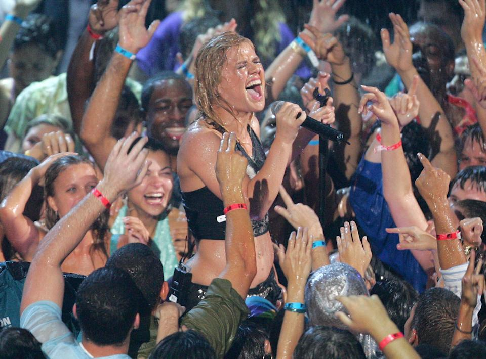 """Kelly Clarkson performs """"Since You've Been Gone"""" soaring wet during 2005 MTV Video Music Awards"""