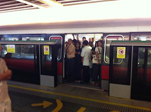 Massive train delay at East-West line angers commuters. (Yahoo! photo)