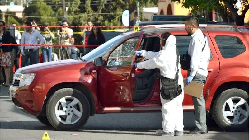 Mexican forensic experts inspecting journalist Miroslava Breach's vehicle at the crime scene (23/03/2017)