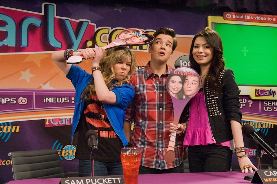 ICARLY, (from left): Jennette McCurdy, Nathan Kress, Miranda Cosgrove, 'iStart A Fan War', (Season 4, aired Nov. 19, 2010), 2007-. photo: Lisa Rose /  Nickelodeon / Courtesy: Everett Collection