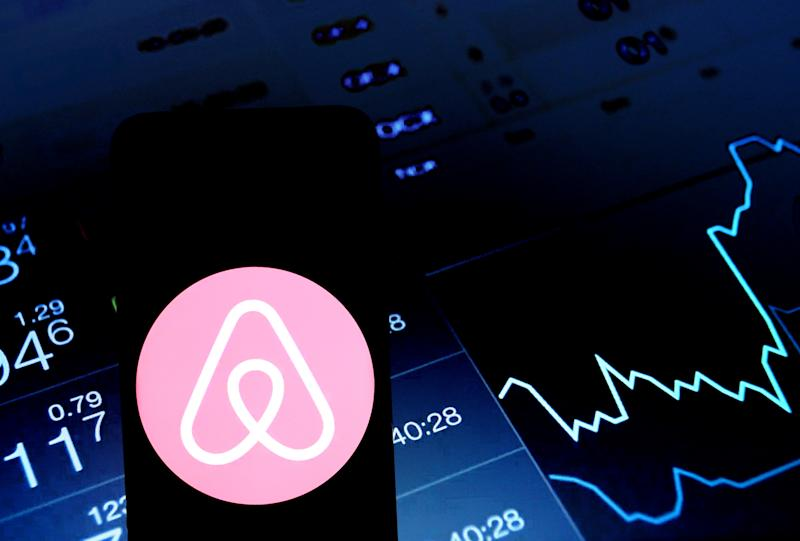 INDIA - 2020/01/29: In this photo illustration an Airbnb logo seen displayed on a smartphone. (Photo Illustration by Avishek Das/SOPA Images/LightRocket via Getty Images)