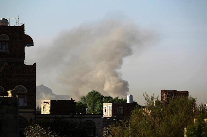 Smoke billows following an air strike by the Saudi-led coalition targeting an arms depot on the eastern outskirts of Sanaa on September 10, 2015 (AFP Photo/Mohammed Huwais)