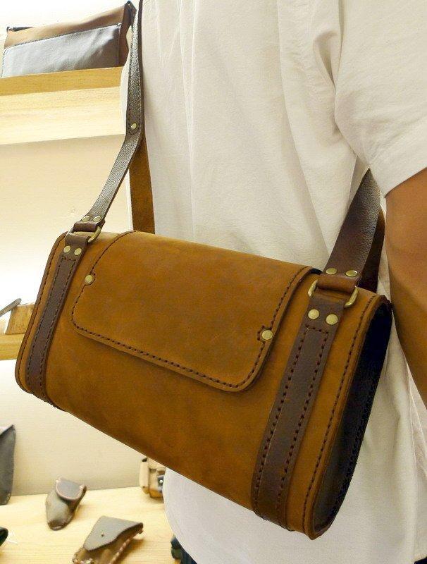 (KH手工皮革皮件工作室台中)純手工牛皮訂製側背包.橢圓型側邊造型.大空間可用.皮革縫線顏色可選免運