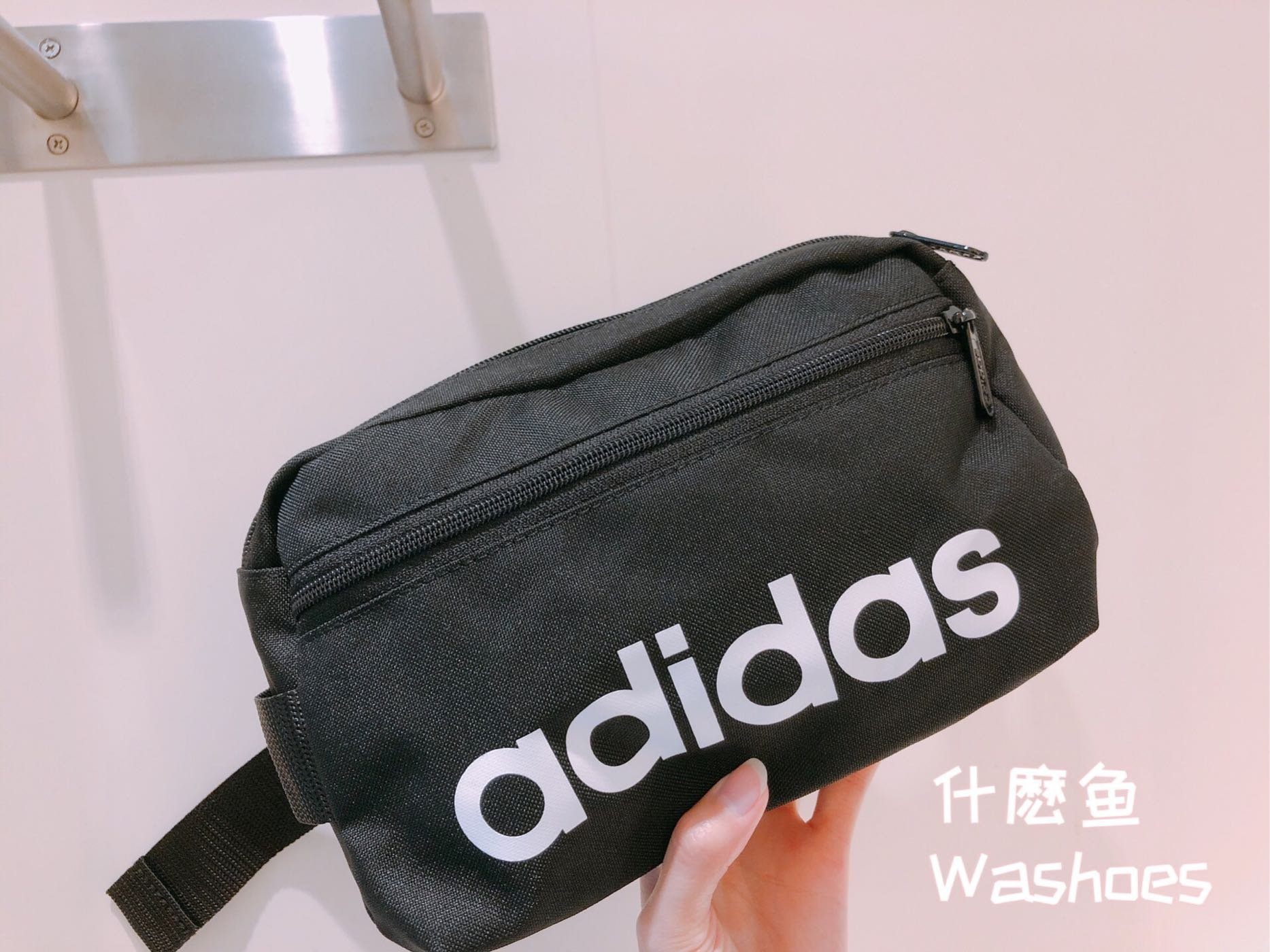 Washoes ADIDAS 愛迪達 側背腰包 Linear Core 黑白 款 LOGO霹靂包 隨身包 DT4827