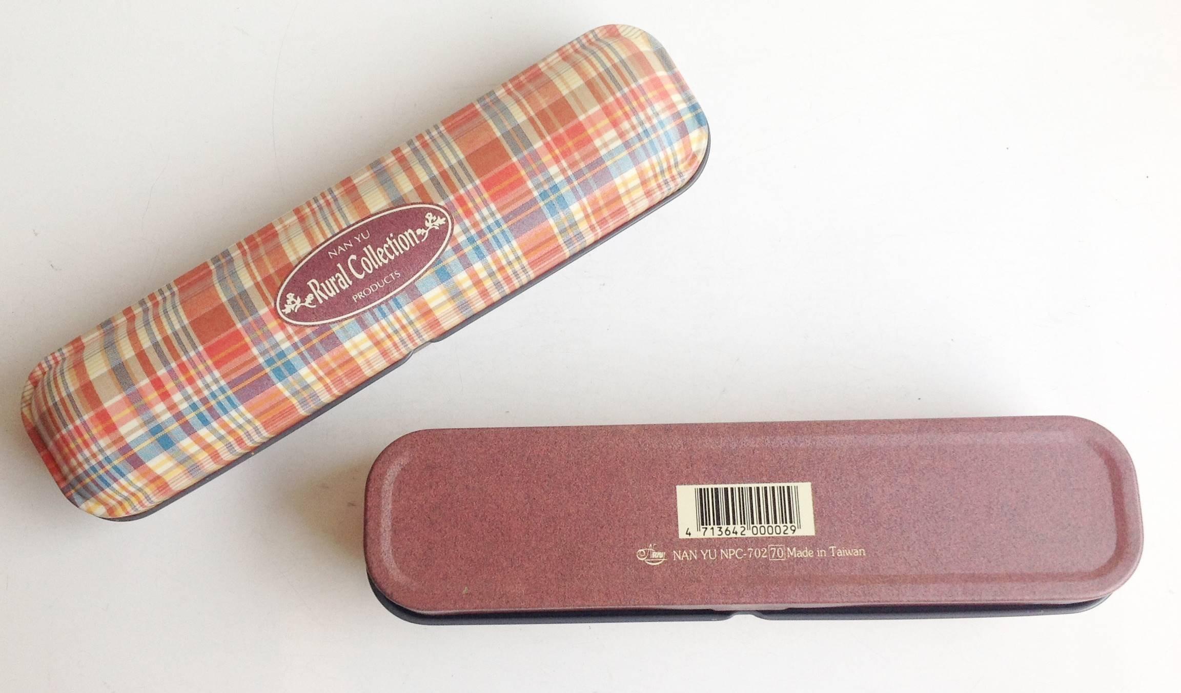 《**新鮮貨** 》 英格蘭 格子風 半橢圓 鐵製雙層鉛筆盒!!