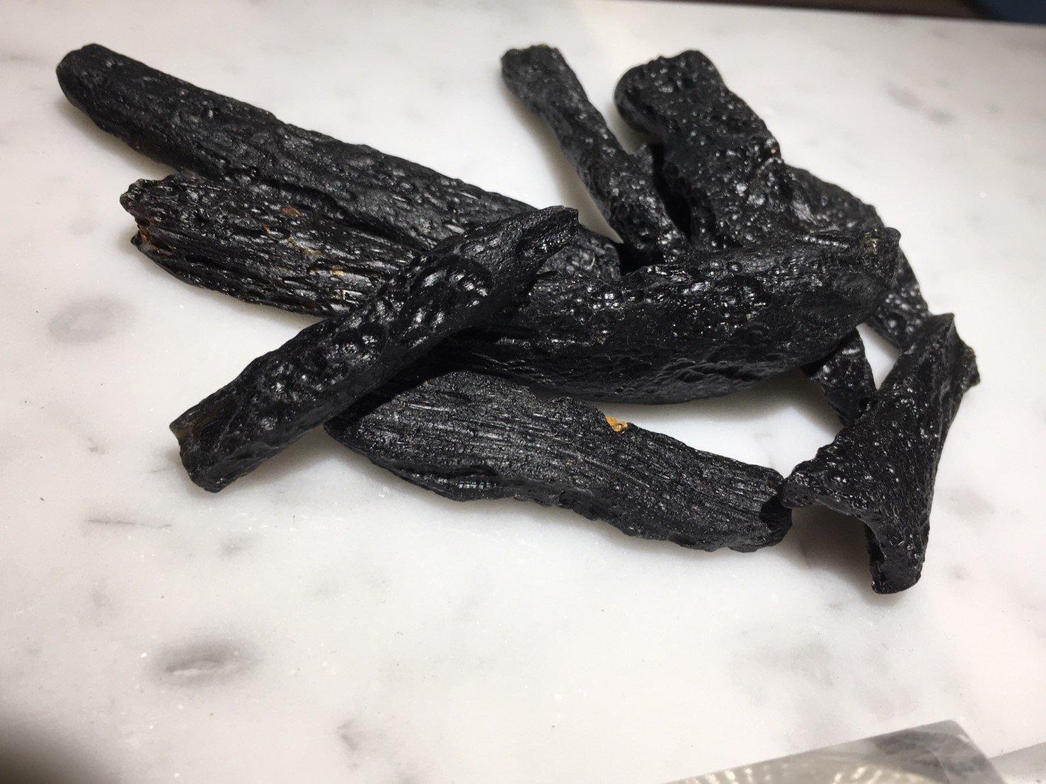 兆鑫 館-天然玻璃隕石 黑隕石 雷公墨 泰國隕石 原石 礦物 晶體 條柱款