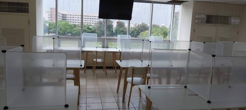 防疫透明隔板 辦公桌防疫護欄 防飛沫餐桌透明擋板 百變組合 好收納不占空間 餐桌隔板  (50*70cm送卡扣)