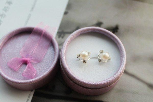 [C.M. 館] 典雅耀眼鑲鑽6mm天然淡水珍珠925銀質耳針式耳環 白 粉 紫 黑色