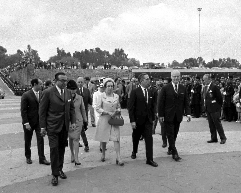 El presidente Gustavo Díaz Ordaz de México, segundo a la derecha, y su esposa Guadalupe Díaz Ordaz, acompañados...