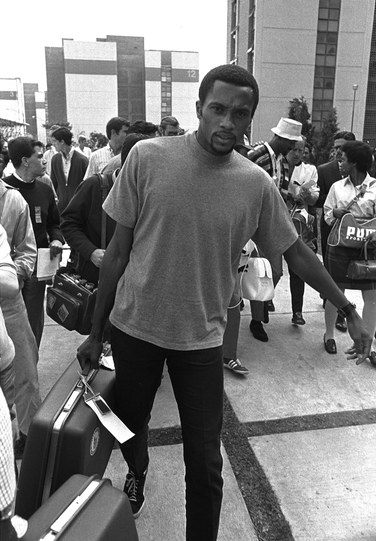 Tommie Smith con su maleta tras la expulsión de la Villa Olímpica y de los Juegos