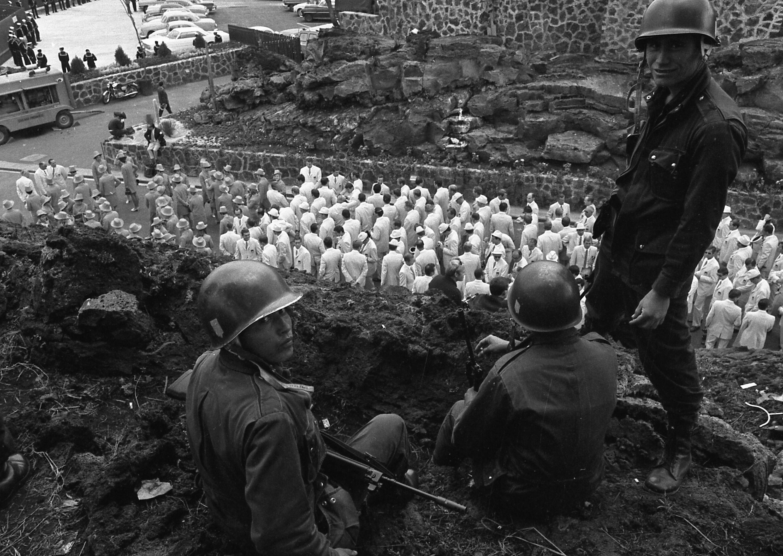 Los soldados mexicanos y las delegaciones olímpicas que estaba a punto de desfilar en el Estadio