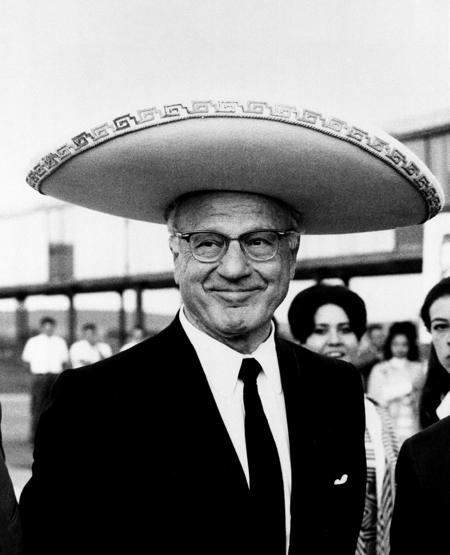 El controvertido presidente Avery Brundage del Comité Olímpico Internacional luce un gran sombrero de...