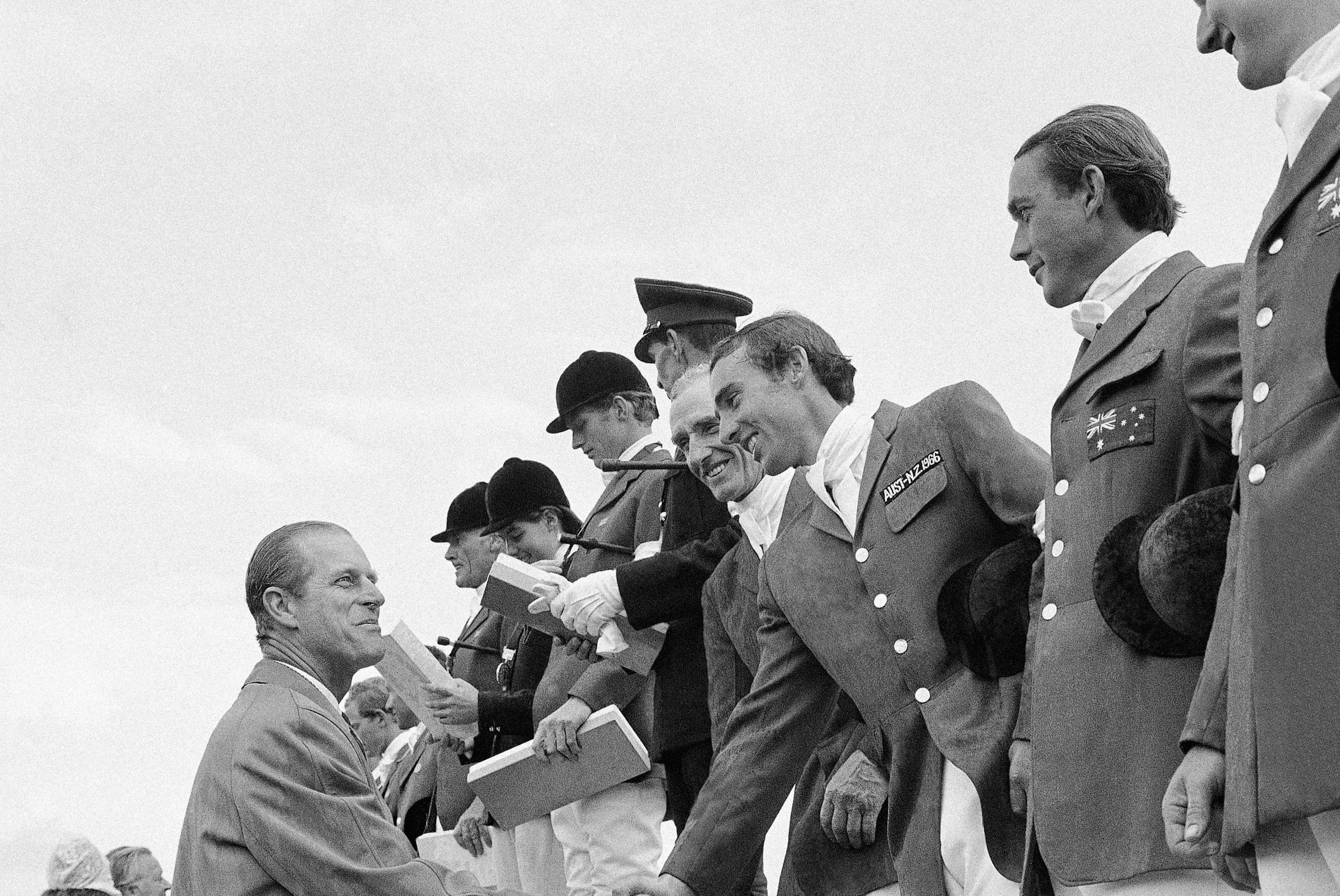 El príncipe Philip, directivo de la Federación Ecuestre Internacional, da la mano a los miembros del...