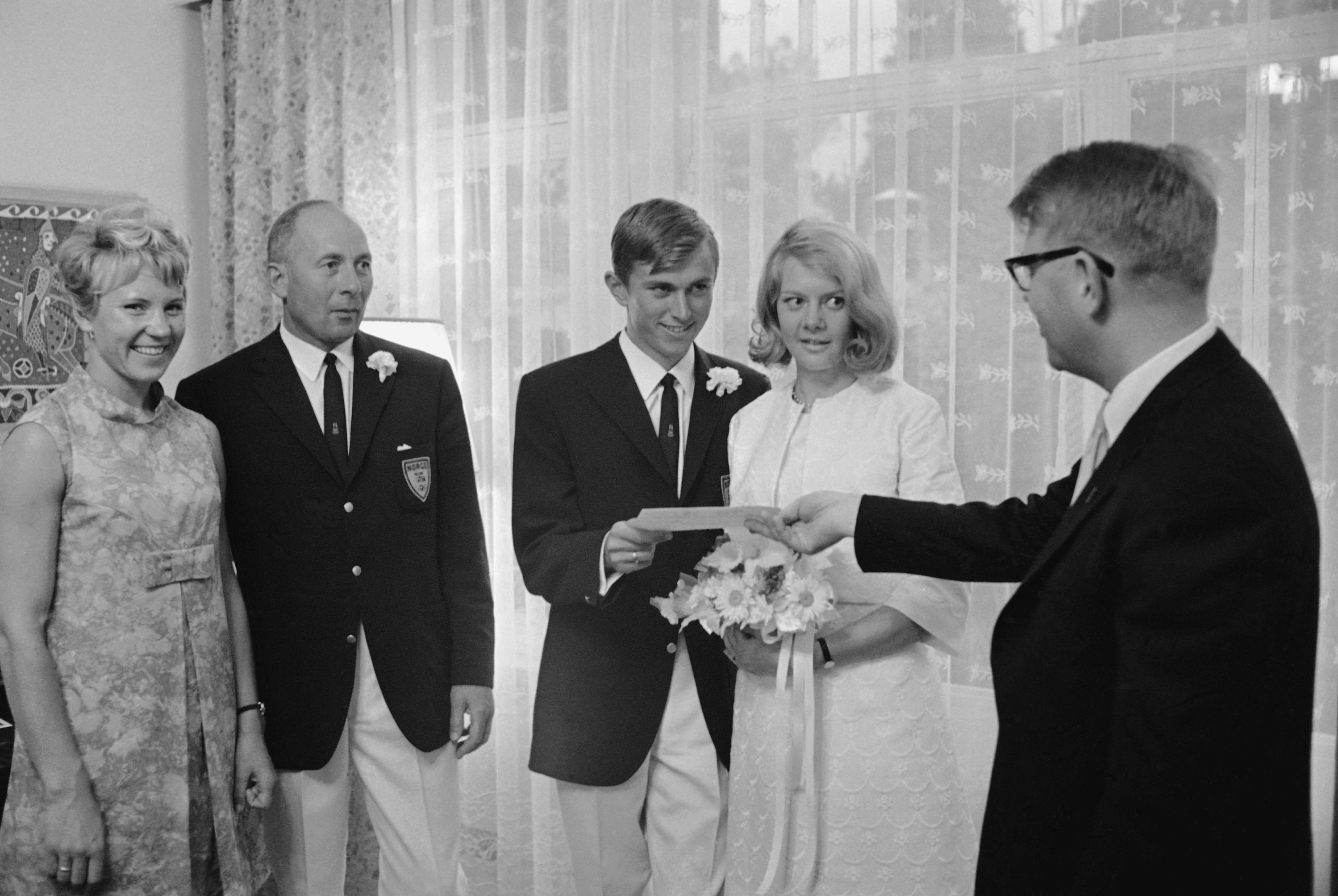 Nils Dietz, a la derecha, primer secretario de la embajada de Noruega en México, entrega un certificado...